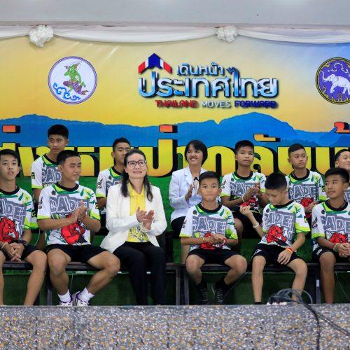 Iš urvo Tailande išgelbėtų vaikų spaudos konferencija  © Scanpix nuotr.