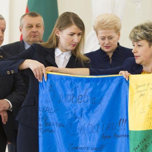 Ukrainos kariai prezidentei įteikė kovinę vėliavą