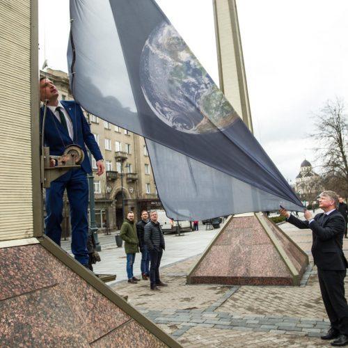 Prie Seimo pakelta Žemės vėliava  © V. Skaraičio / BFL nuotr.