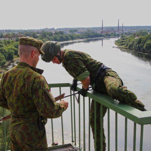 Karių nusileidimo pratybos prie Panemunės šilo tilto  © M. Patašiaus/Juozo Vitkaus inžinerijos bataliono nuotr.