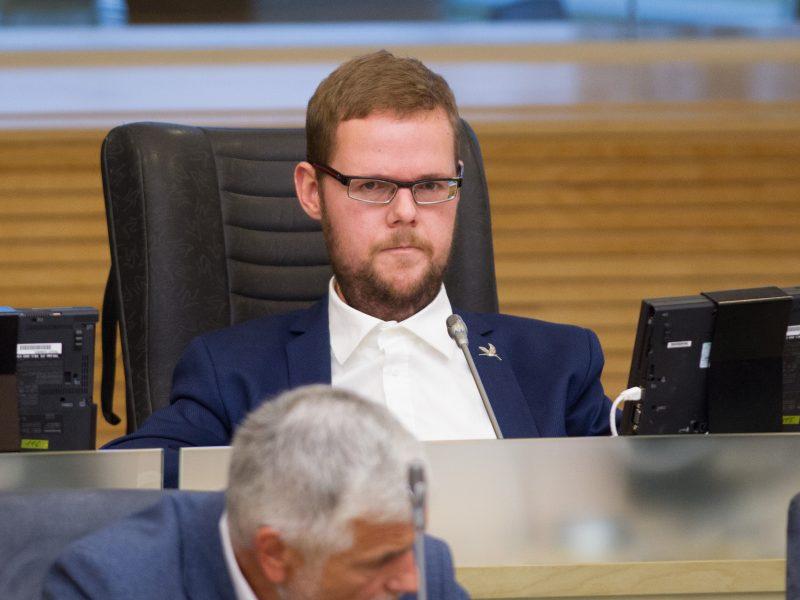 Parlamentaras J. Džiugelis oro uoste pasigedo neįgaliojo vežimėlio
