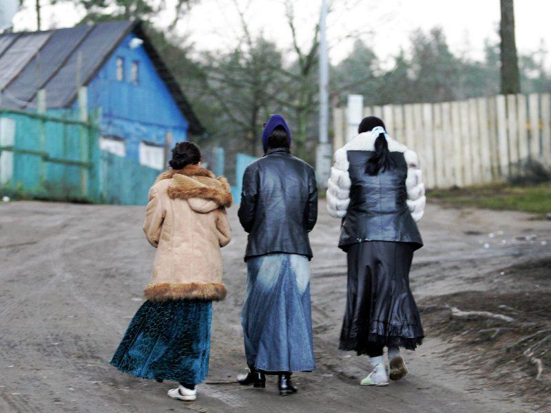 Administracinėmis baudomis nubausti 39 į romų taborą vykę taksistai