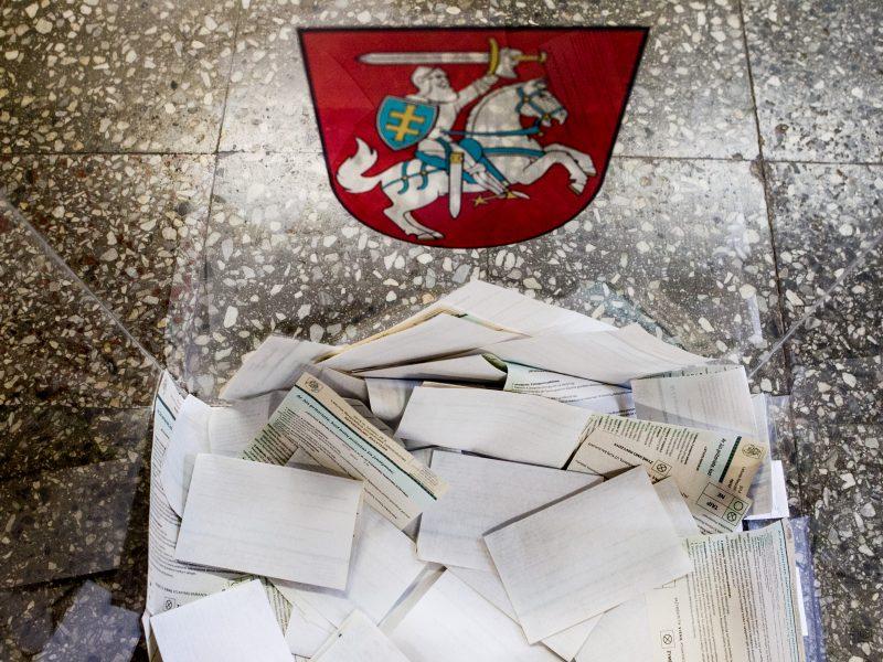 Valdantieji siūlo žeminti referendumo kartelę visam Konstitucijos skirsniui