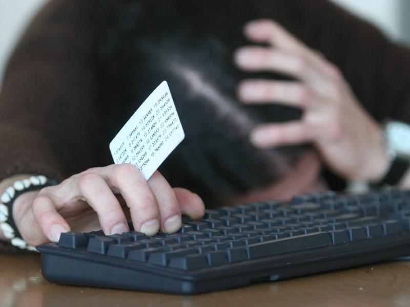 """""""Swedbank"""" kodų kortelėms deda limitą: bus galima pervesti tik 100 eurų per dieną"""