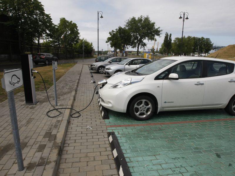 Klaipėdoje įrengs naujas elektromobilių įkrovos stoteles