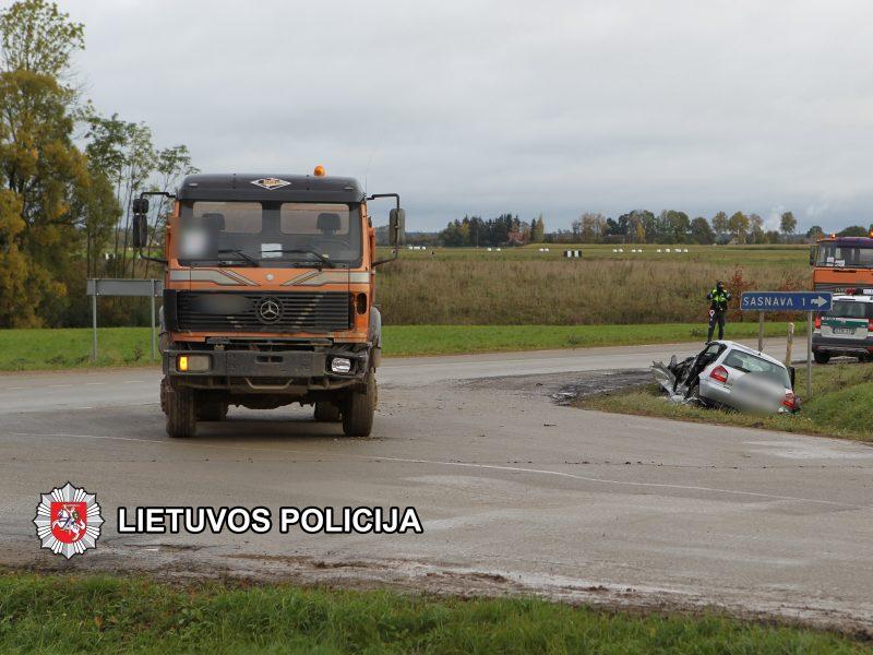 """Marijampolės rajone susidūrė sunkvežimis ir """"Audi A3"""", sužaloti du žmonės <span style=color:red;>(papildyta)</span>"""