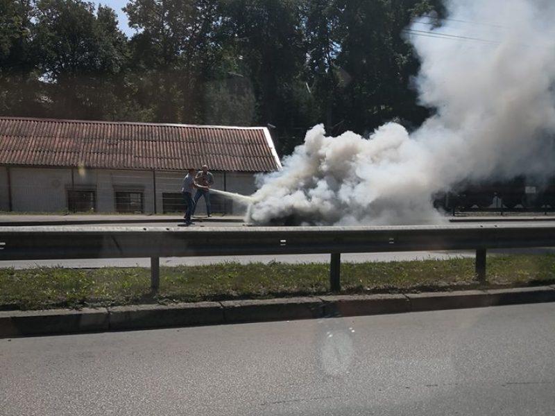 Fakelu virtusį automobilį puolė gesinti policininkai