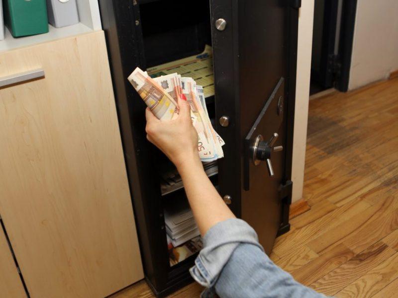 Utenoje iš vaistinės seifo pavogti pinigai