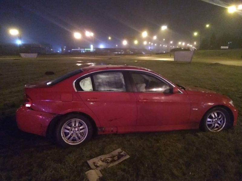 Girtas BMW vairuotojas įskriejo į žiedinę sankryžą