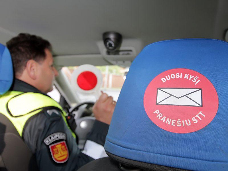 Keturis mažamečius vežęs girtas vairuotojas bandė papirkti pareigūnus