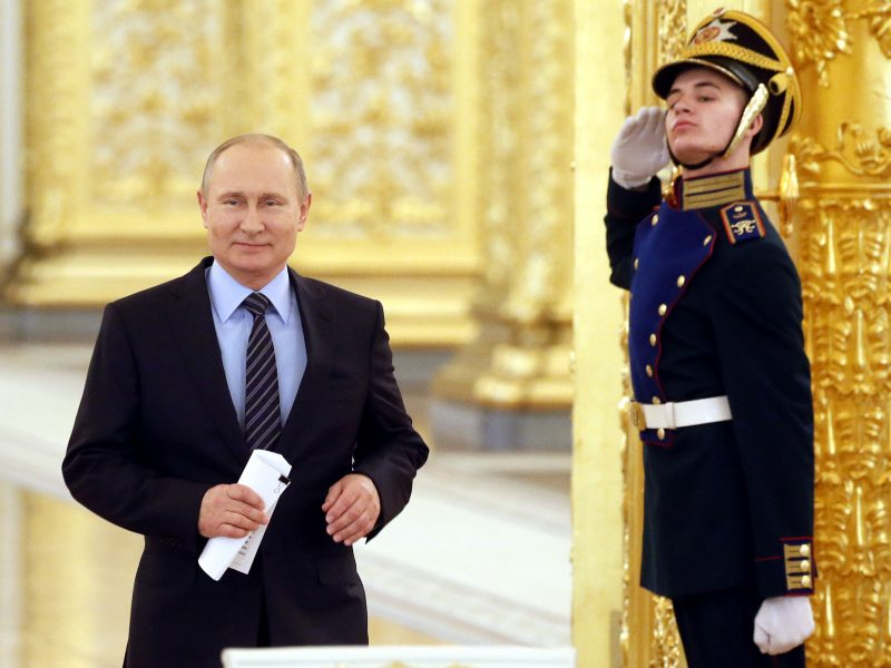 E. Lucasas: reikia persekioti V. Putino žmonių pinigus