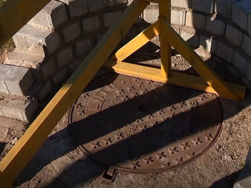 Vilniaus centre į kanalizacijos šulinį įkrito mažametė