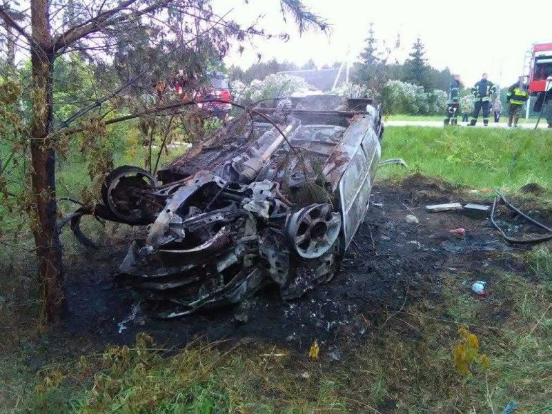 Avarija Kaišiadorių rajone: užsidegus automobiliui sunkiai sužeistas keleivis