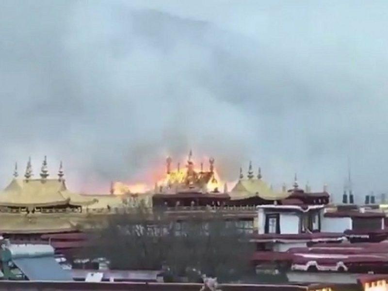Tibete svarbų budistų vienuolyną nuniokojo didelis gaisras