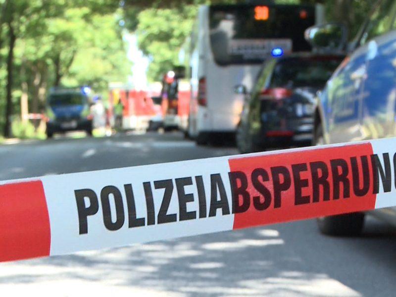 Vokietijoje vyras autobuse peiliu puolė žmones, yra sužeistųjų
