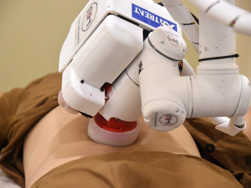 Darbą pradėjo robotė masažuotoja
