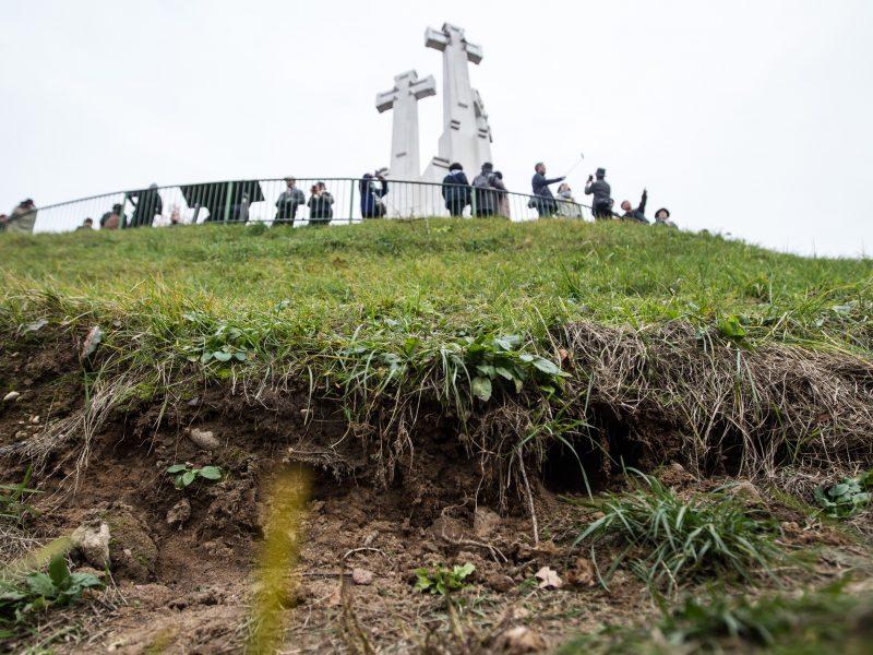 Ant Trijų Kryžių kalno atsivėrė plyšys