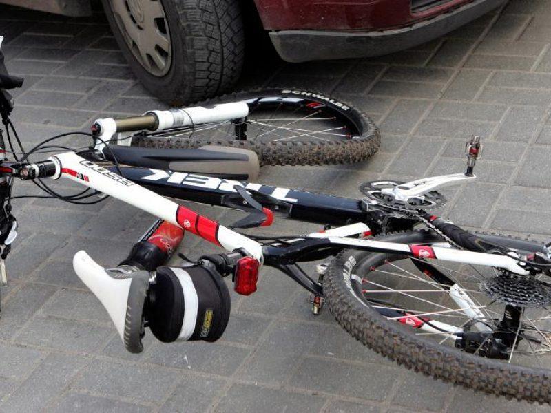 Šakiuose po automobilio ratais žuvo dviratininkas