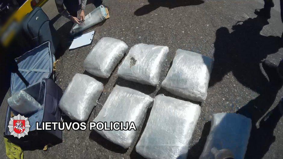 Sulaikyti trys asmenys, įtariami didelių kiekių kanapių kontrabanda