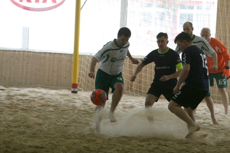 Žurnalistai išbandė paplūdimio futbolą