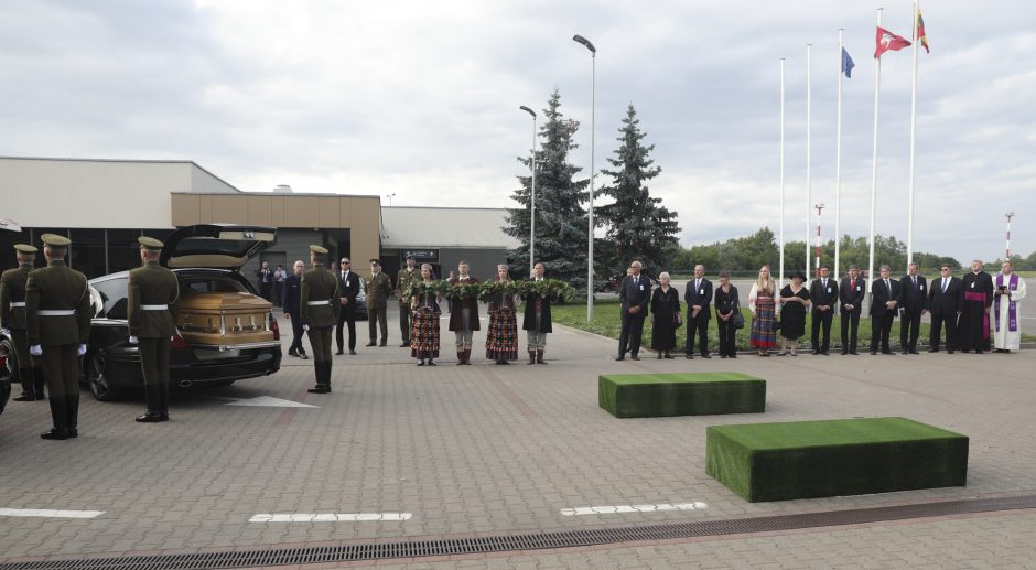 Į Lietuvą sugrįžo Biržiškų šeimos palaikai