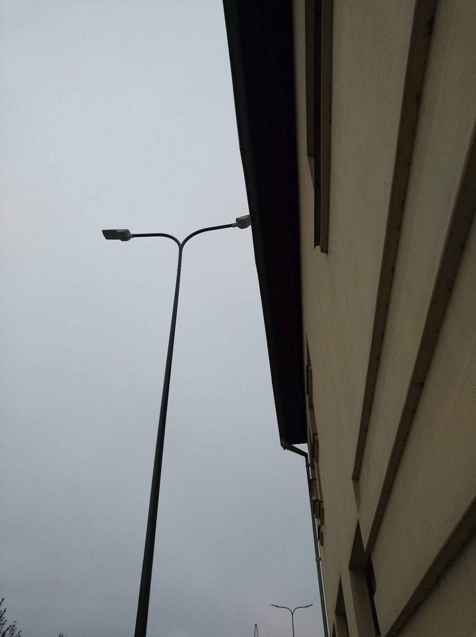 Kaunietis klausia: miesto šviestuvas apšviečia tik privatų stogą?