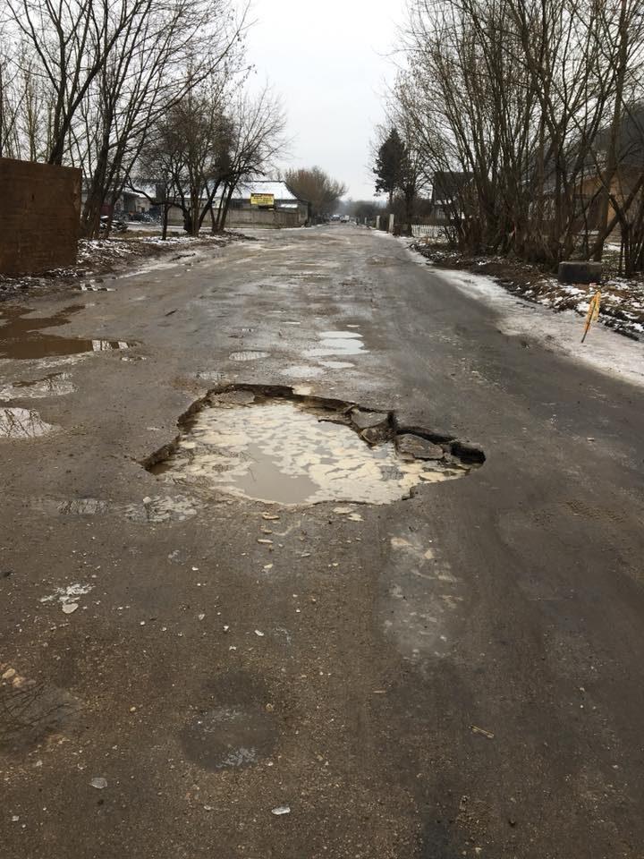 Būkite atsargūs: iš gatvėje atsivėrusios duobės veržiasi vanduo (papildyta)