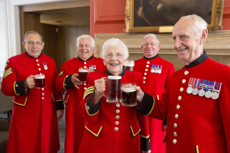 Gimus britų karališkajam kūdikiui, rūmus apgulė minios