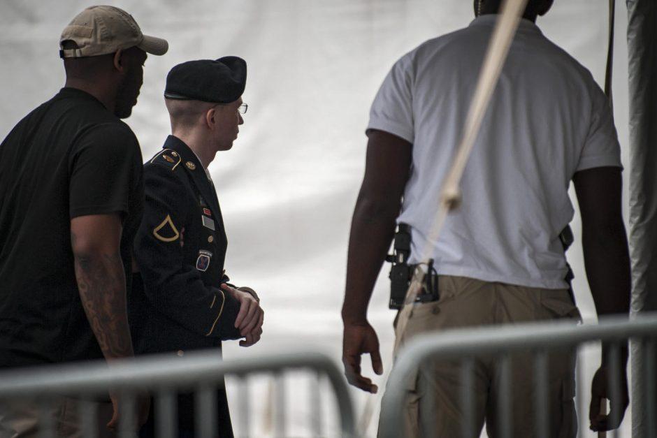 """Peticija: Nobelio taikos premija - """"šnipui"""" eiliniam B. Manningui"""