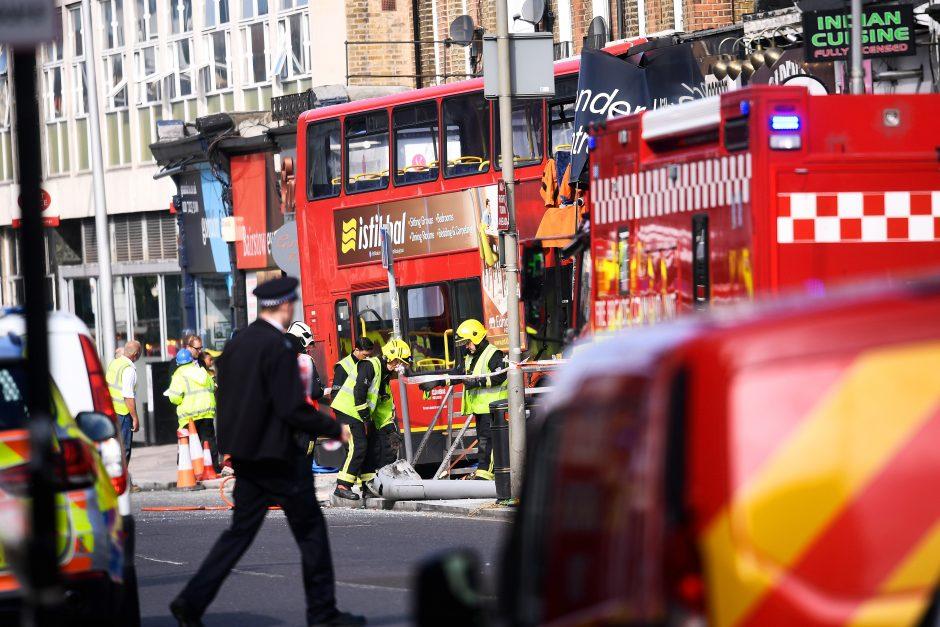 Londone dviaukštis autobusas įsirėžė į parduotuvę: sužeisti keli žmonės
