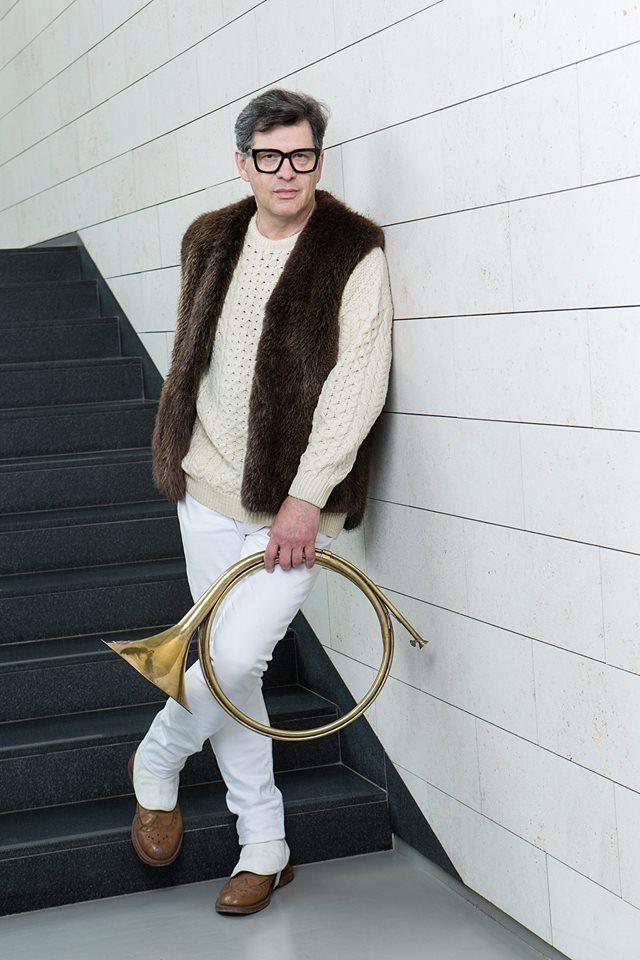 Žinomas moteris nuo šalčio saugo madingi kailiniai
