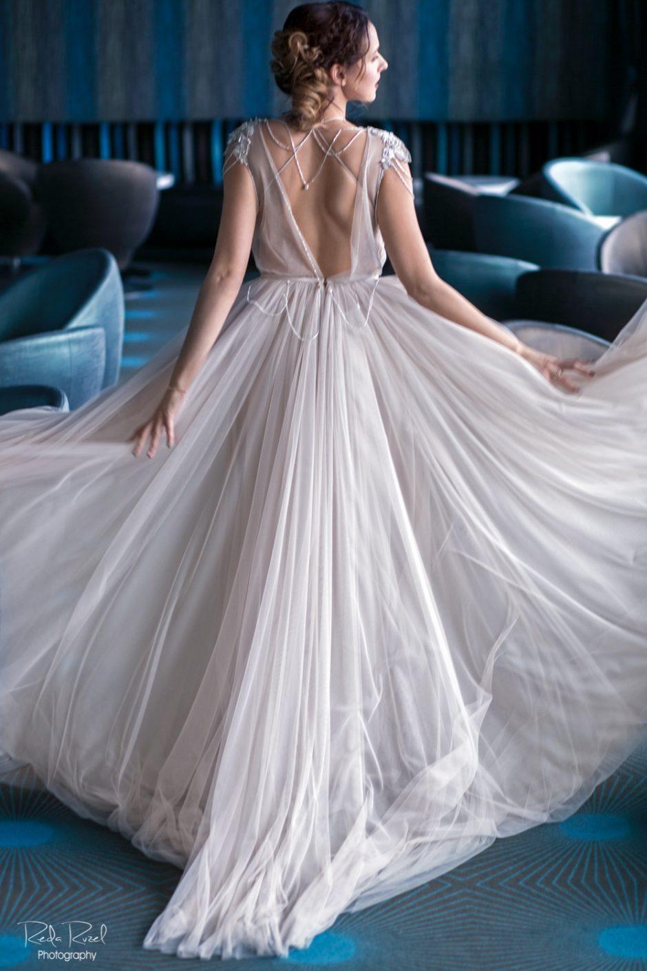 Vestuvinę suknelę pasimatavusi V. Šaulytė dalija patarimus būsimoms nuotakoms