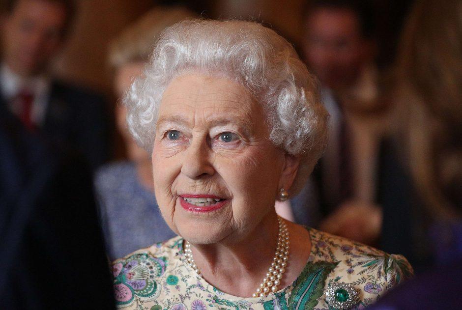 Karalienė pirmą kartą aplankė karališkąjį kūdikį