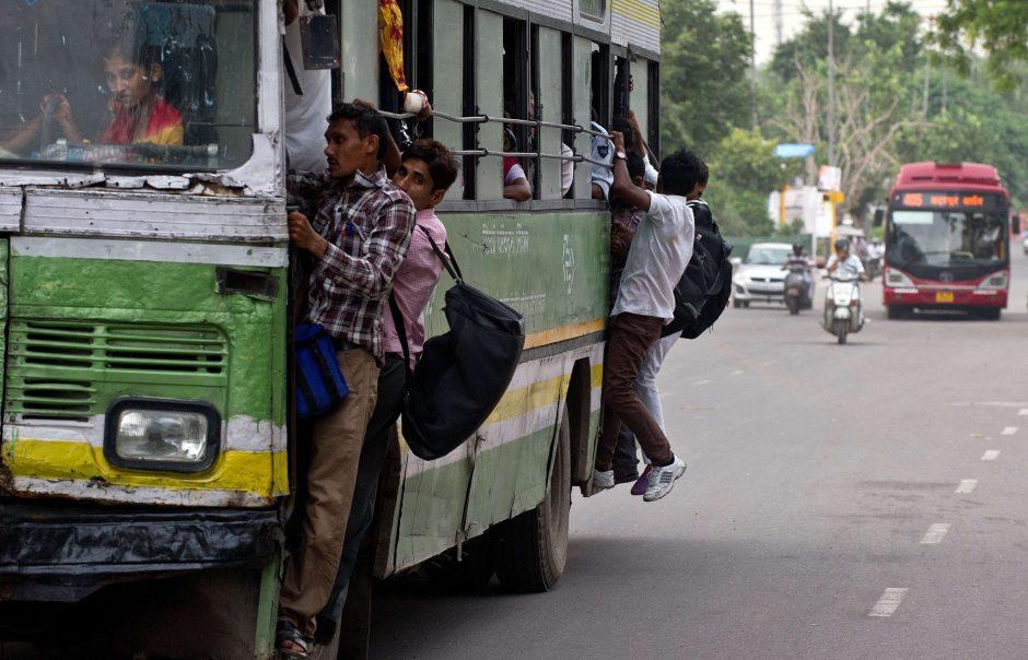 Indijoje vyrai bandė sustabdyti autobusą su studentėmis iš JAV