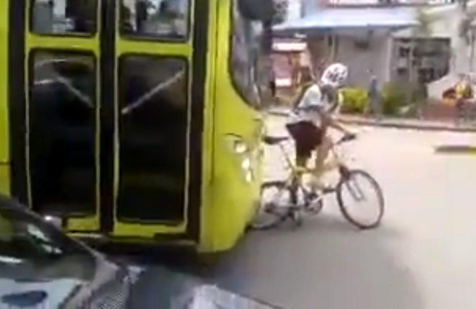 Autobuso vairuotojas – prieš dviratininką