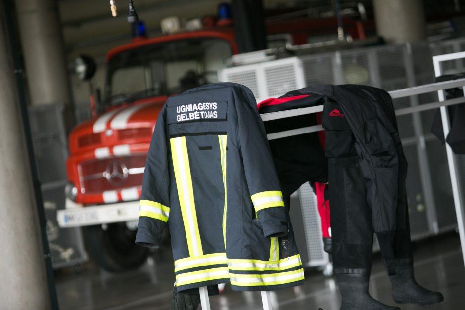 Šokdamas nuo stogo ugniagesys nepataikė ant gelbėjimo pagalvės