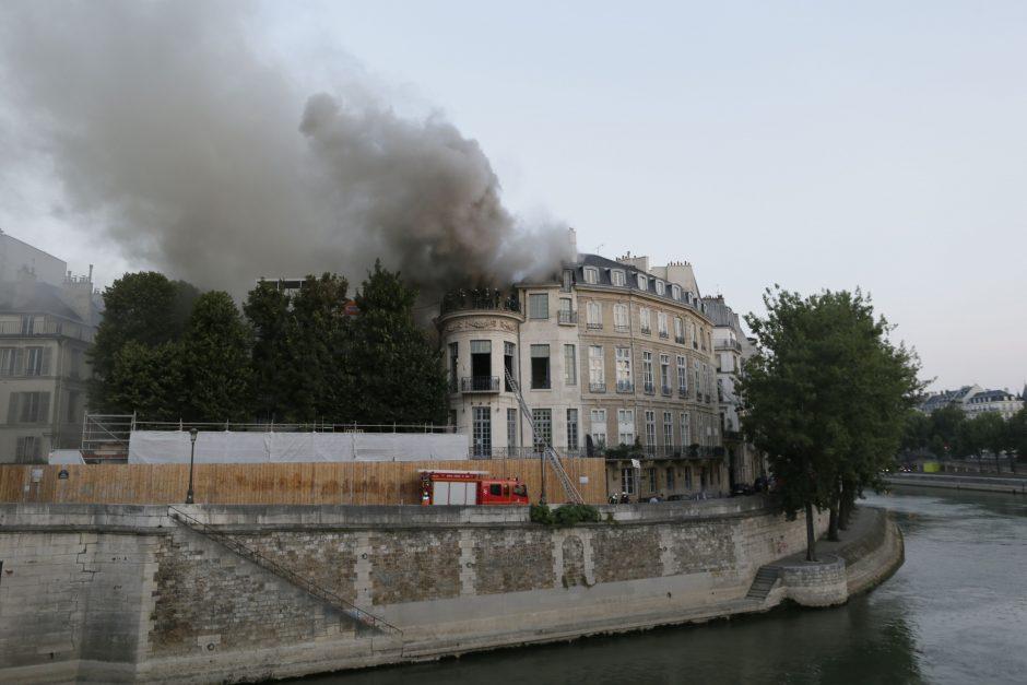 Istorinius Paryžiaus rūmus nuniokojo didelis gaisras