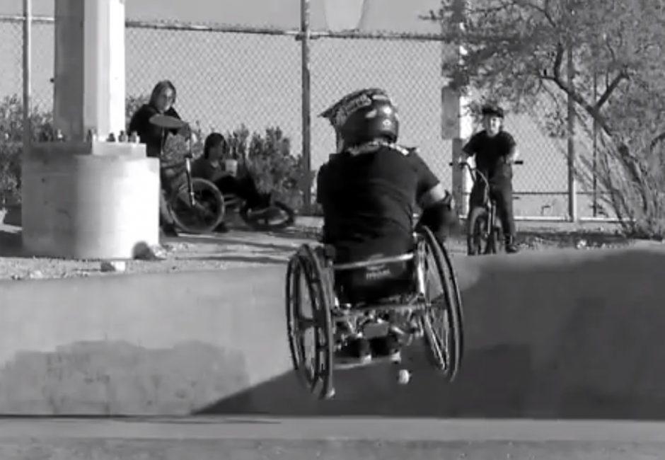 Apie žmogų, sėdintį neįgaliųjų vežimėlyje ir padariusį dvigubą salto