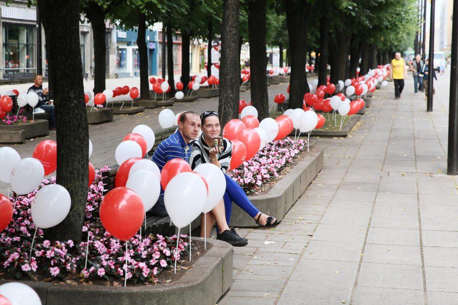 Laisvės alėją studentai nuklojo tūkstančiais balionų