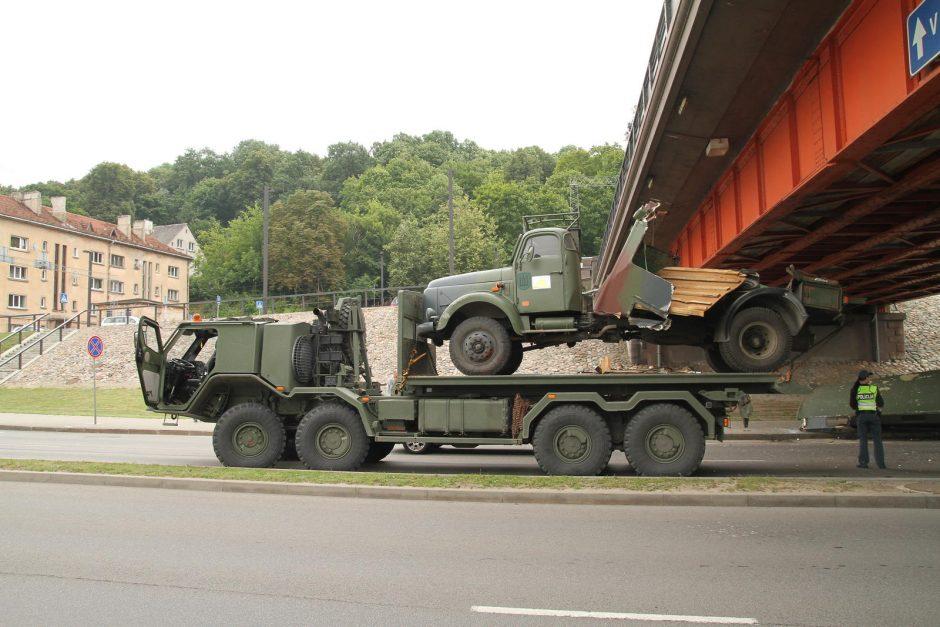 Kariuomenės sunkvežimis netilpo po Vytauto Didžiojo tiltu (incidento foto)