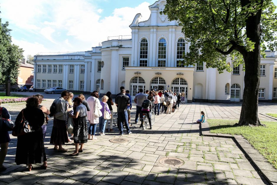 Kauniečiai sekmadienį apgulė Kauno muzikinį teatrą