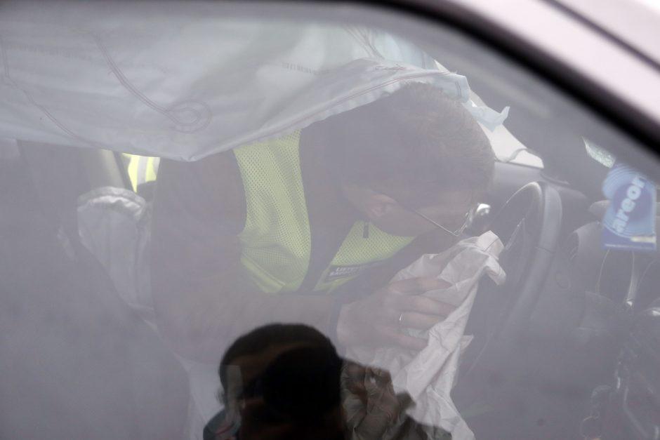 Moters vairuojamas visureigis rėžėsi į vilkiką