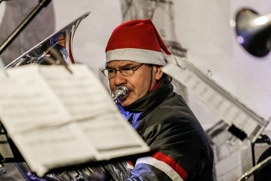 Kalėdinės melodijos – Klaipėdos senamiestyje, prie šviečiančio kubo