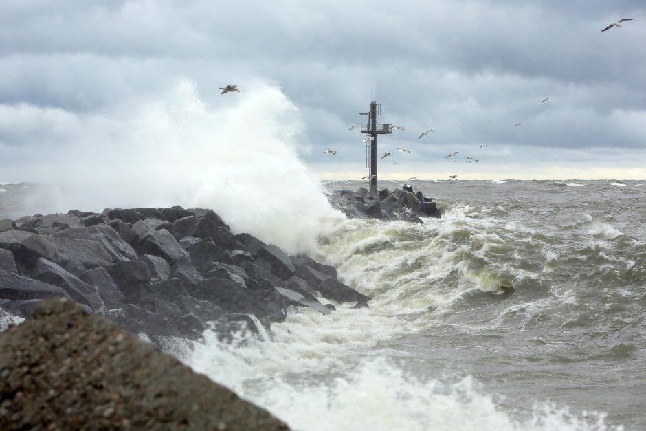 Štormas talžo pajūrį: sustabdyta laivyba, krovos darbai