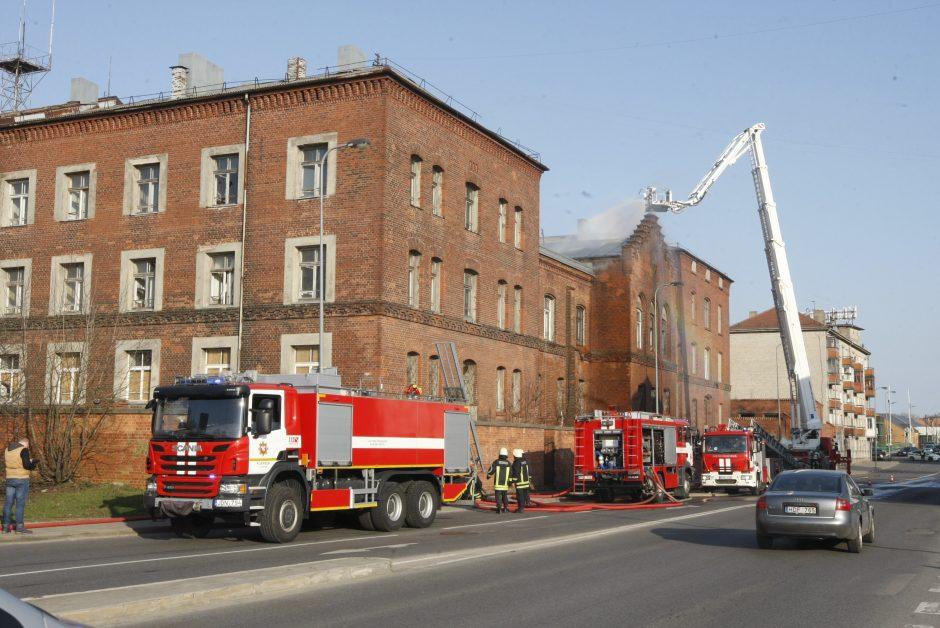 Užsiliepsnojo buvęs Klaipėdos policijos pastatas