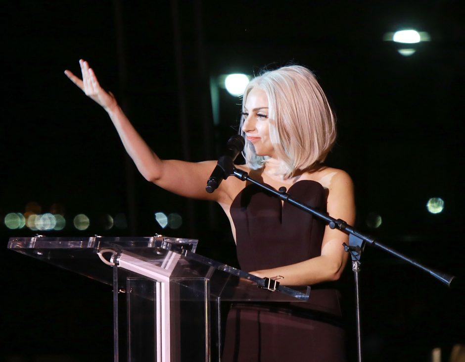 Dainininkė Lady Gaga apsinuogino, kad pritrauktų lėšų savo draugės kampanijai