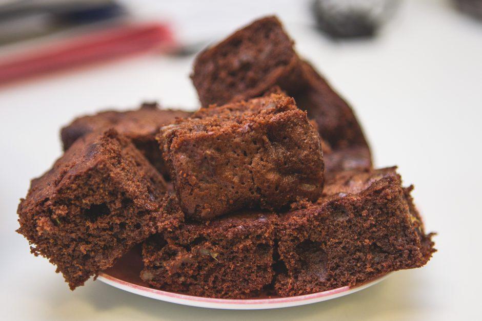 Šokoladinis pyragas su bananais ir bazilikais (receptas)