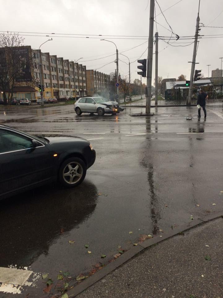 """Savanorių prospekte """"Audi"""" automobilis taranavo stulpą"""