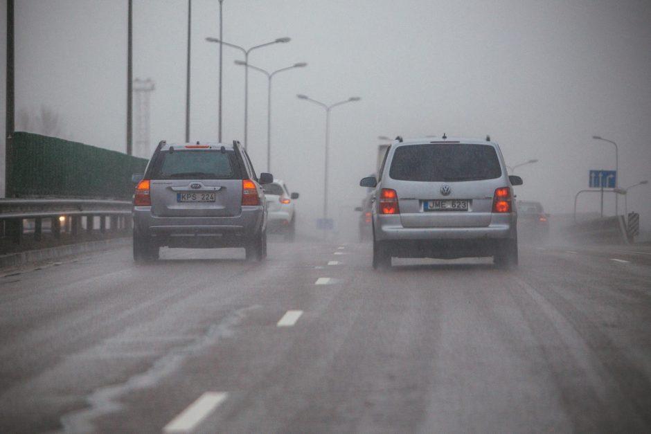 Vairuotojai, rinkitės saugų greitį: keliuose – plikledis