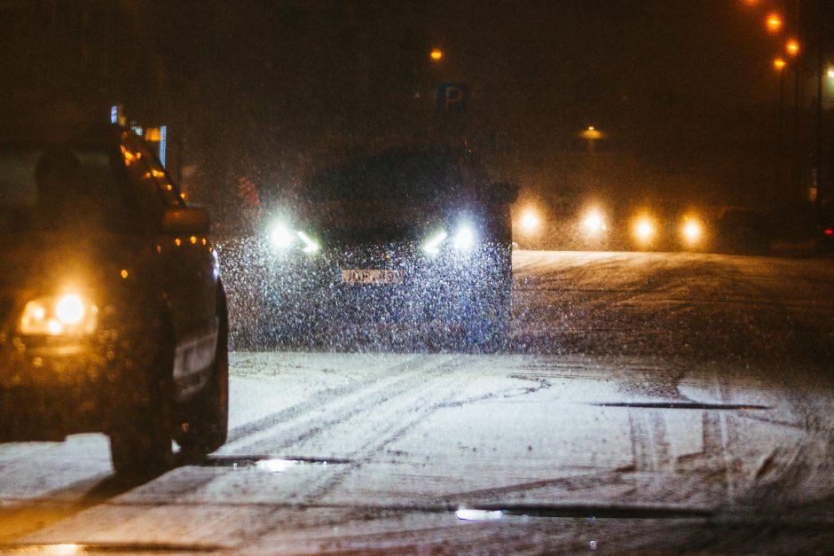Įspėja apie sunkias eismo sąlygas naktį: snigs, pustys, kils pūga
